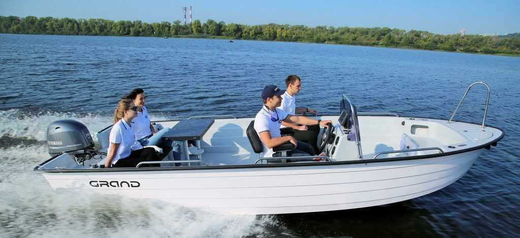 Стеклопластиковая лодка