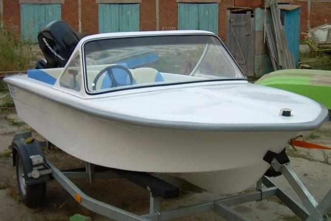 Носовая палуба и ветровое стекло на лодке «Арктур 430»