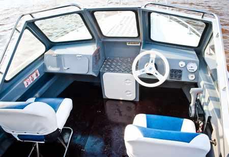 Кокпит лодки «Шаман 580»