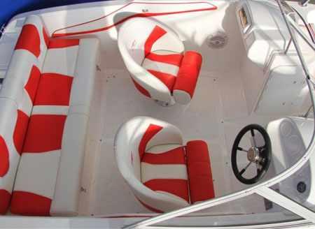 Основной кокпит лодки «Absolut 165»
