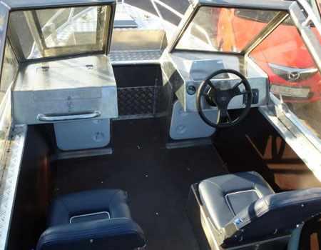 Кокпит лодки «Уралъ 485»