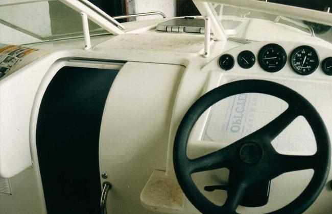 Передняя панель кокпита лодки «Афалина 520»
