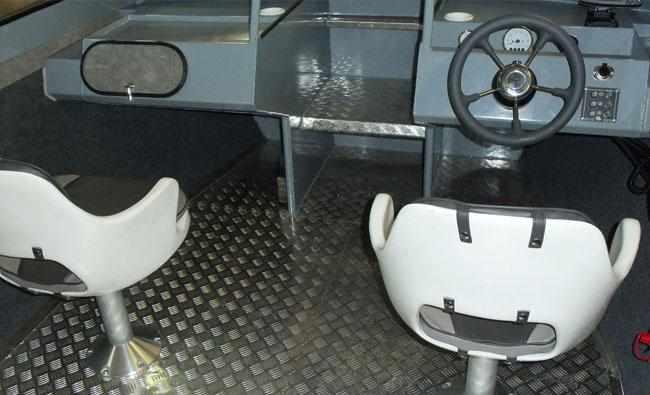 Компоновка консолей на лодке «RusBoat 65»