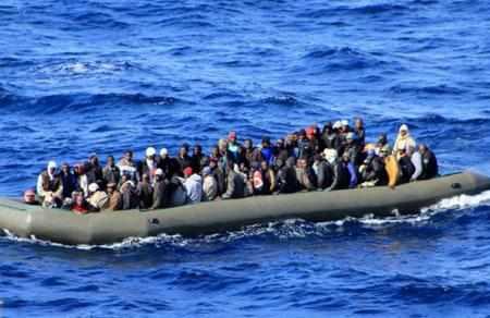 Беженцы из Северной Африки на большой надувной лодке