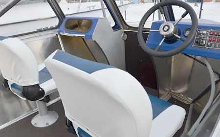 Кокпит лодки Рекорд 490