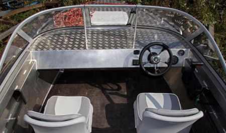 Кокпит моторной лодки «Волжанка 49 Классик»