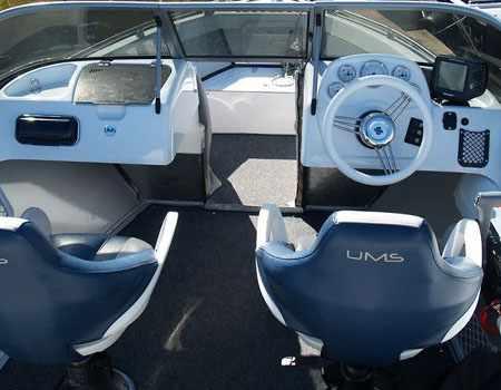 Консоли на лодке «UMS 520»