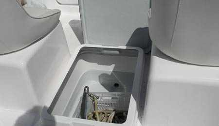 Аквариум на лодке Бриз-18