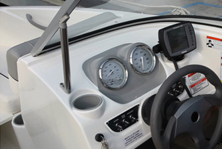 Водительская консоль катера Bayliner 170