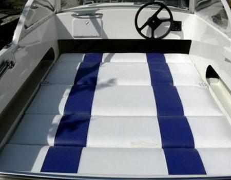 Разложенные диваны на лодке «Афалина 400»