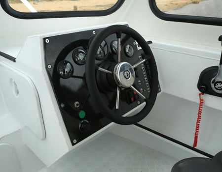 Пост управления на катере «Grizzly 740 PRO JET»