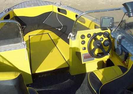 Пост управления и носовой кокпит лодки «TRIAL FISHER 630»