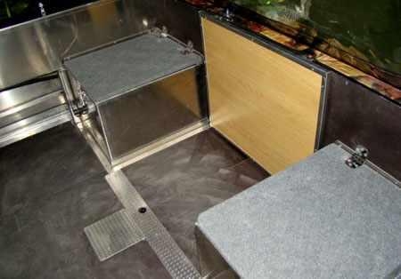 Столик и кормовые сиденья в рыболовной модификации лодки «Fishline 500»