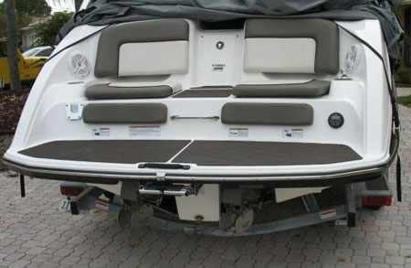 Кормовая зона и водометы катера «Yamaha 242 Limited»
