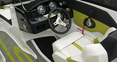 Пост управления на катере «Four Winns H180» в исполнении RS