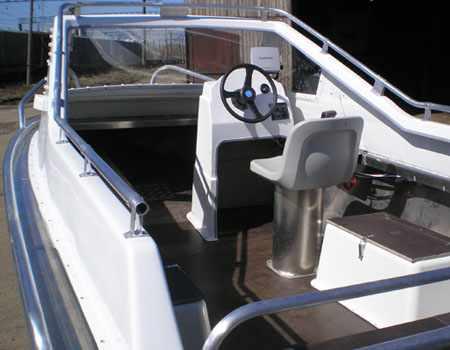Пластиковая надстройка с фальшбортом на лодке «Абрис 470»