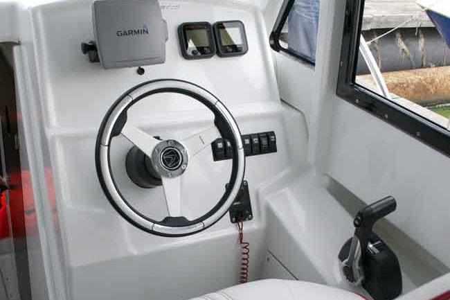 Пост управления катера «Cabin Velvette 23 Active Sedan»