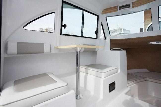 Рубка катера «Cabin Velvette 23 Active Sedan» по левому борту