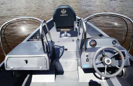Кокпит, консоли и носовая палуба лодки «Enigma 460 FB»