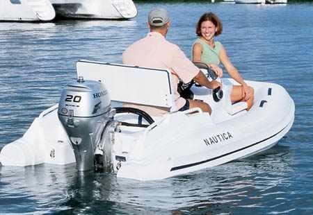 Подвесной лодочный мотор «Honda BF20» на лодке