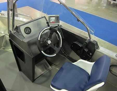 Пост управления лодкой «Master 521»