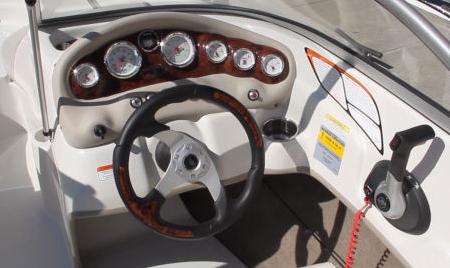 Пост управления на катере «Tahoe Q5»