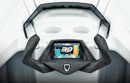 Штурвал катера «Quadrofoil Q2» с панелью управления и индикатором