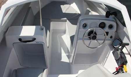 Кокпит лодки Бриз-17