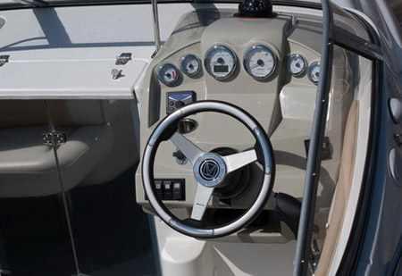 Пост управления катера «Velvette 22 Image»