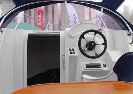 Передняя панель кокпита лодки «SAVA EGO 555»