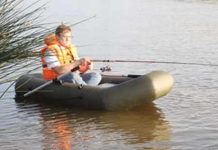 Надувная лодка «Компакт 220» на воде