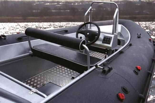 Кокпит лодки «TRIDENT Piton 450»