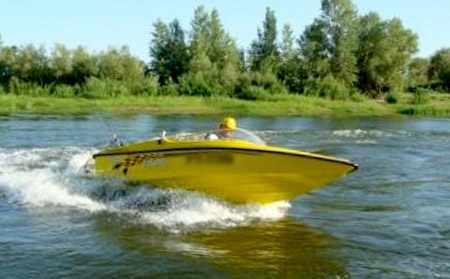Моторная лодка «САВА Викинг 420» на воде
