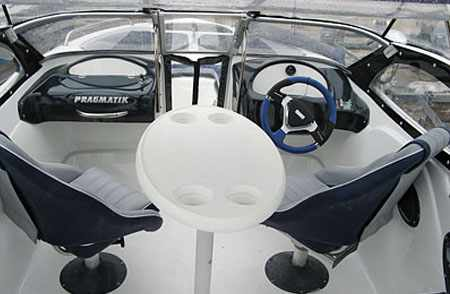 Кокпит лодки «Pragmatik Boston 540»