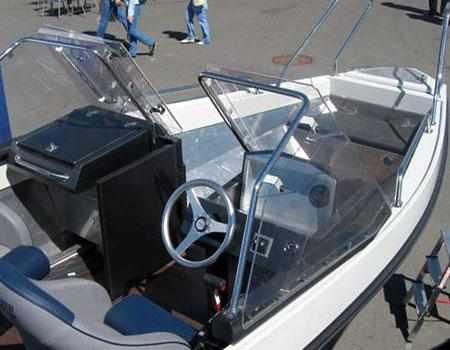 Консоли и пост управления лодки «Мастер 571»
