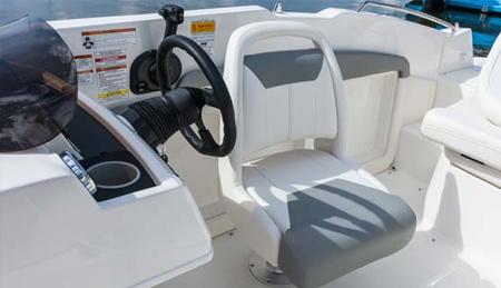 Bayliner 190 DB. Кресло водителя