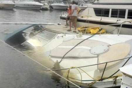 Затонувшая лодка без помпы в яхт-клубе