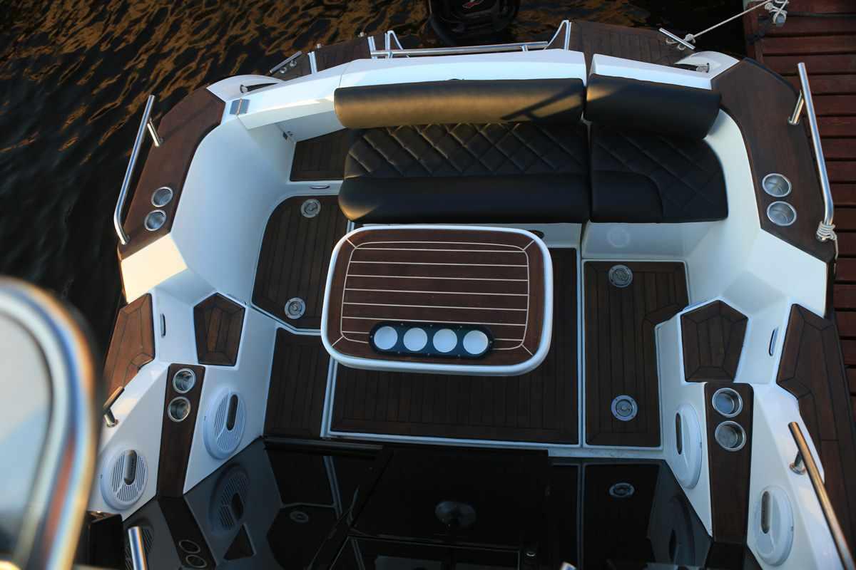 Кормовой кокпит катера «Grizzly 820 Firestorm»