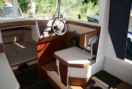 Рубка и каюта лодки «Amadeus 6 Classic»