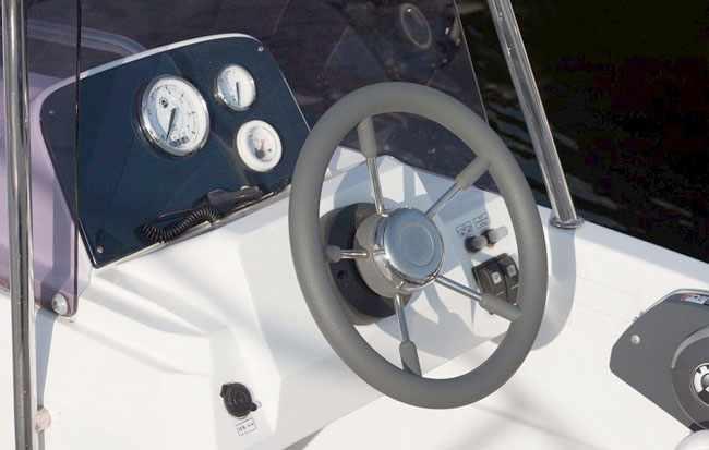 Пост управления моторной лодки «Velvette 16 Prime»