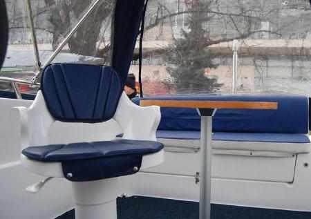 Кормовой диван, столик и кресло капитана