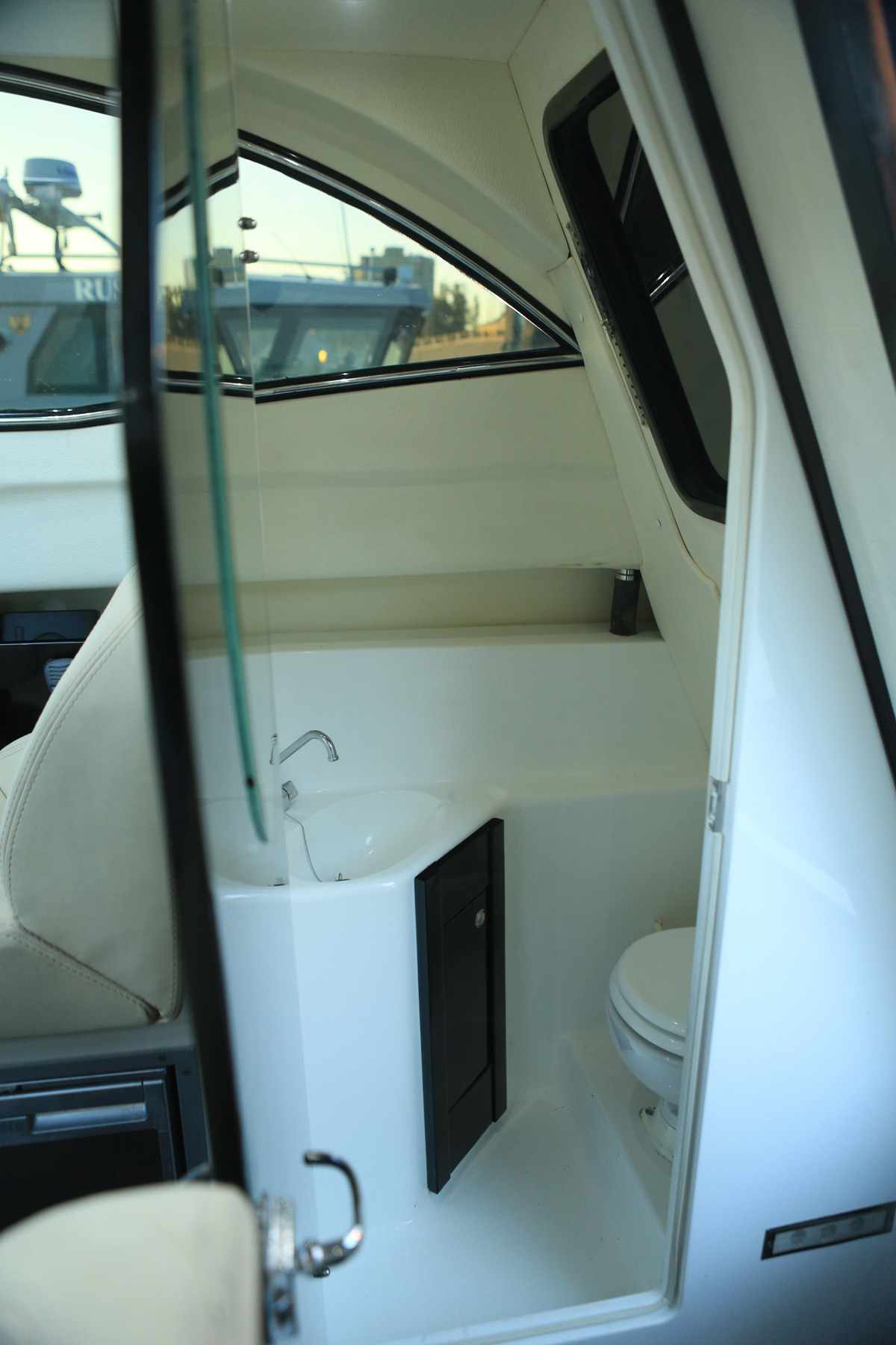 Гальюн и душевая катера «Grizzly 820 Firestorm»