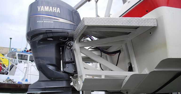 Установленный на лодку мотор фирмы Yamaha