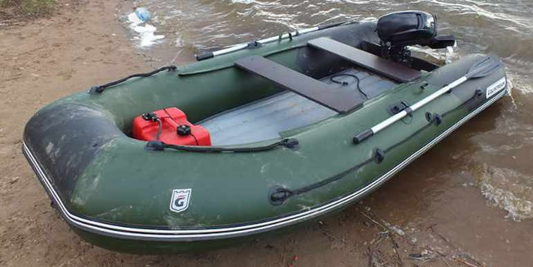 Сложенные вёсла на надувной лодке